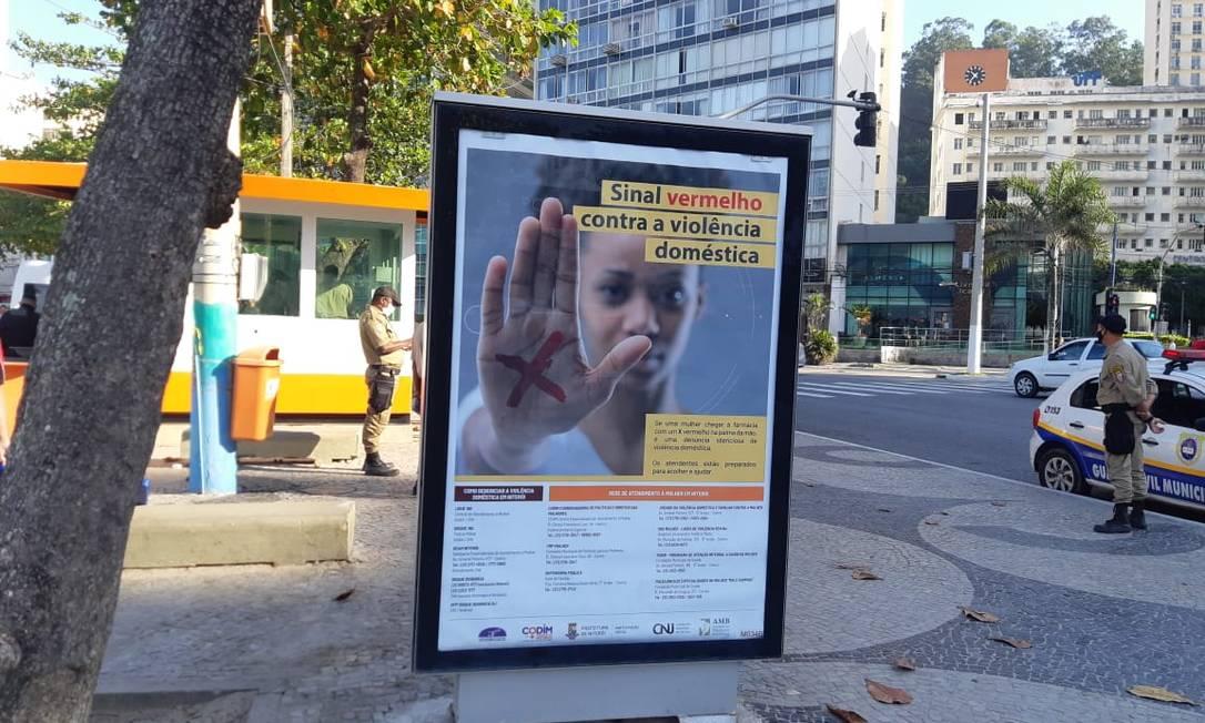 Painel no calçadão da Praia de Icaraí orienta vítimas de violência doméstica a marcarem um xis vermelho na palma da mão para denunciar a agressão: campanha do Codim Foto: Agência O Globo