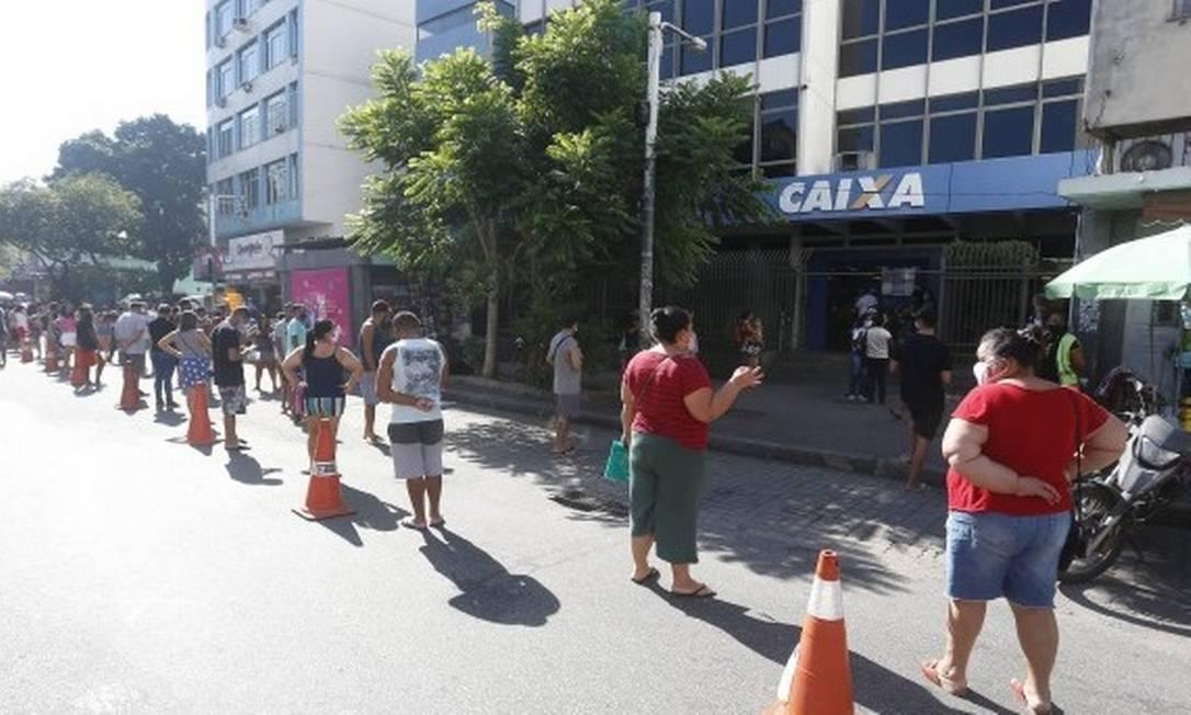 Filas se formaram em frente a agências da Caixa nesta quarta-feira Foto: Fabiano Rocha / Agência O Globo