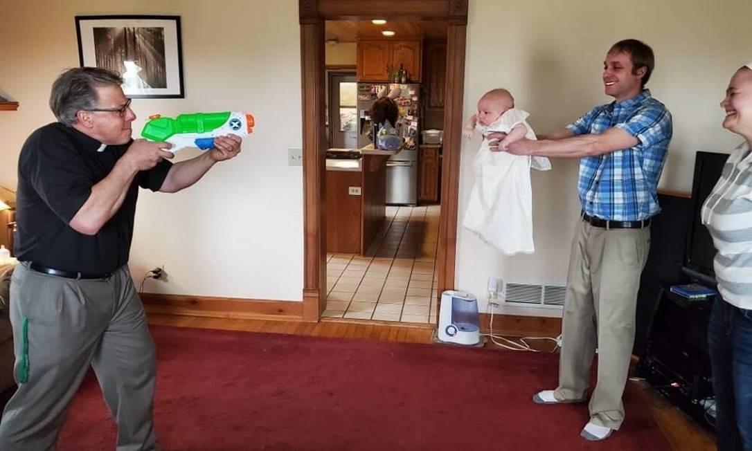 Padres usa arma de brinquedo para batizar bebê durante a pandemia Foto: Reprodução