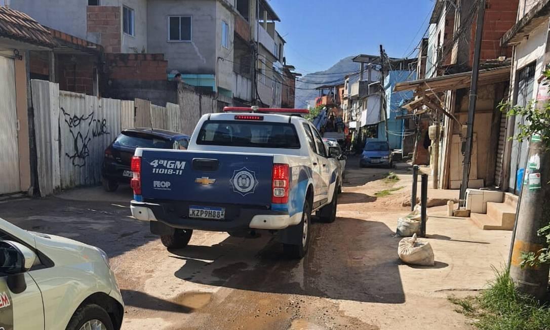 Guarda Municipal acompanhou agentes da Light, Rio Águas e subsecretaria de habitação Foto: Foto do leitor