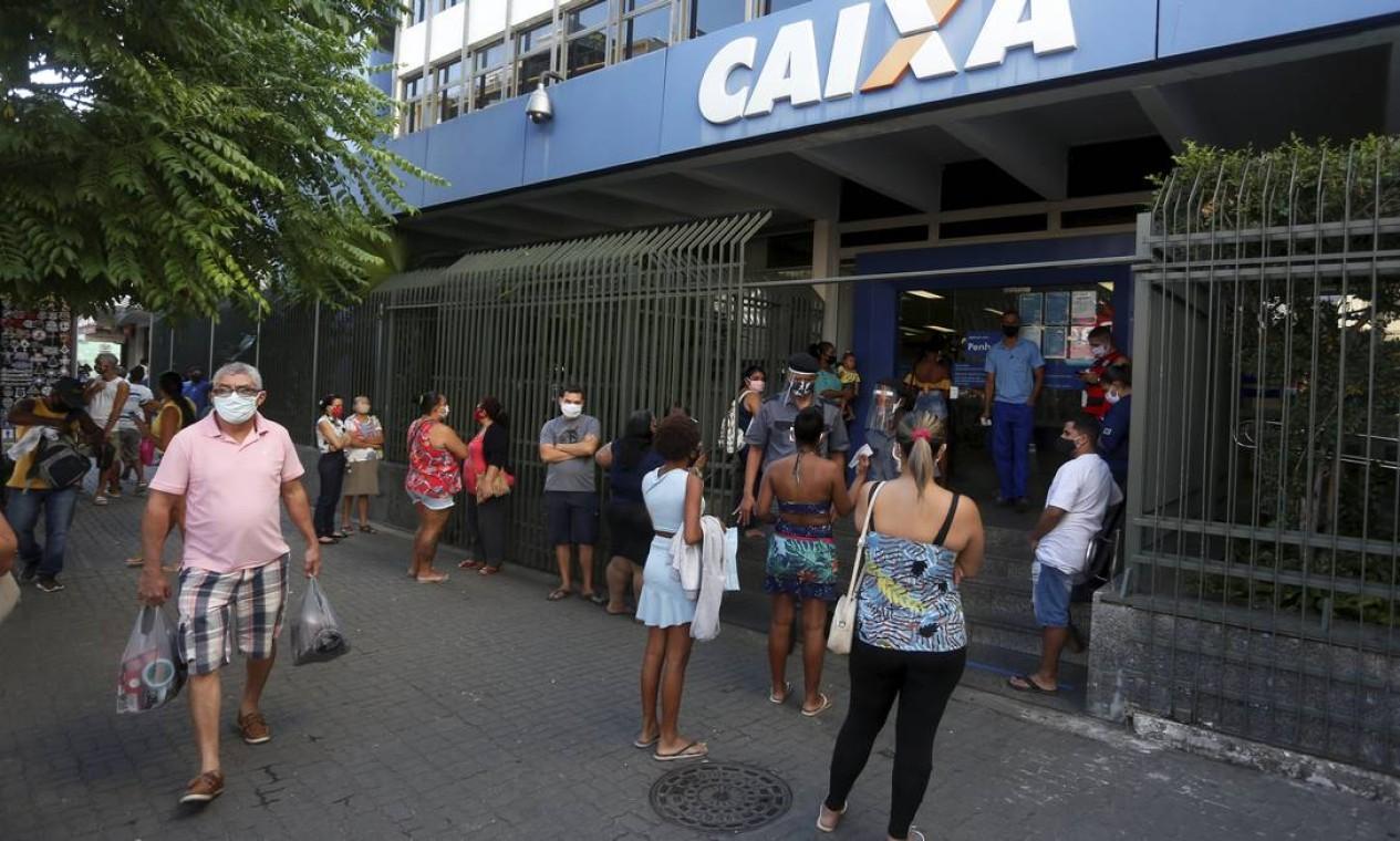 Fila na agência da Caixa Econômica Federal de Bonsucesso, Zona Norte do Rio Foto: Fabiano Rocha / Agência O Globo