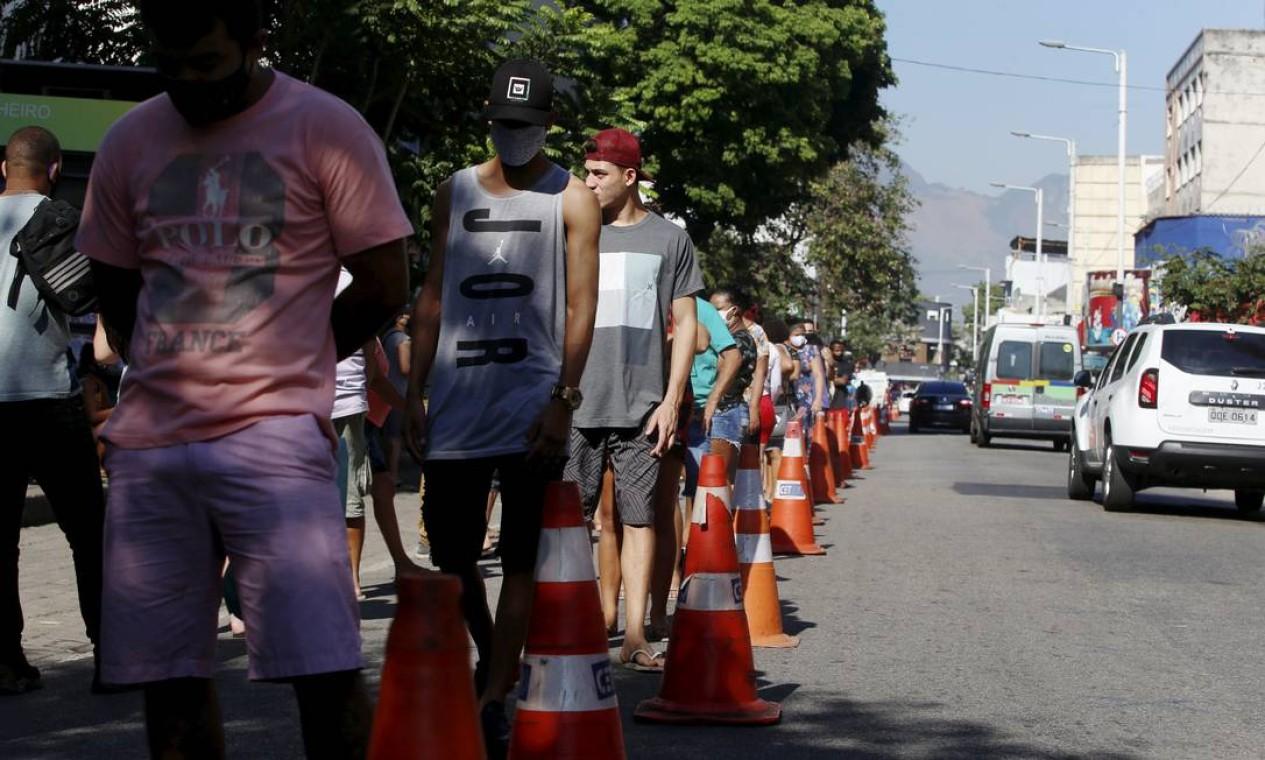 Cones de sinalização foram colocados na Rua Cardoso de Morais para organizar a fila Foto: Fabiano Rocha / Agência O Globo