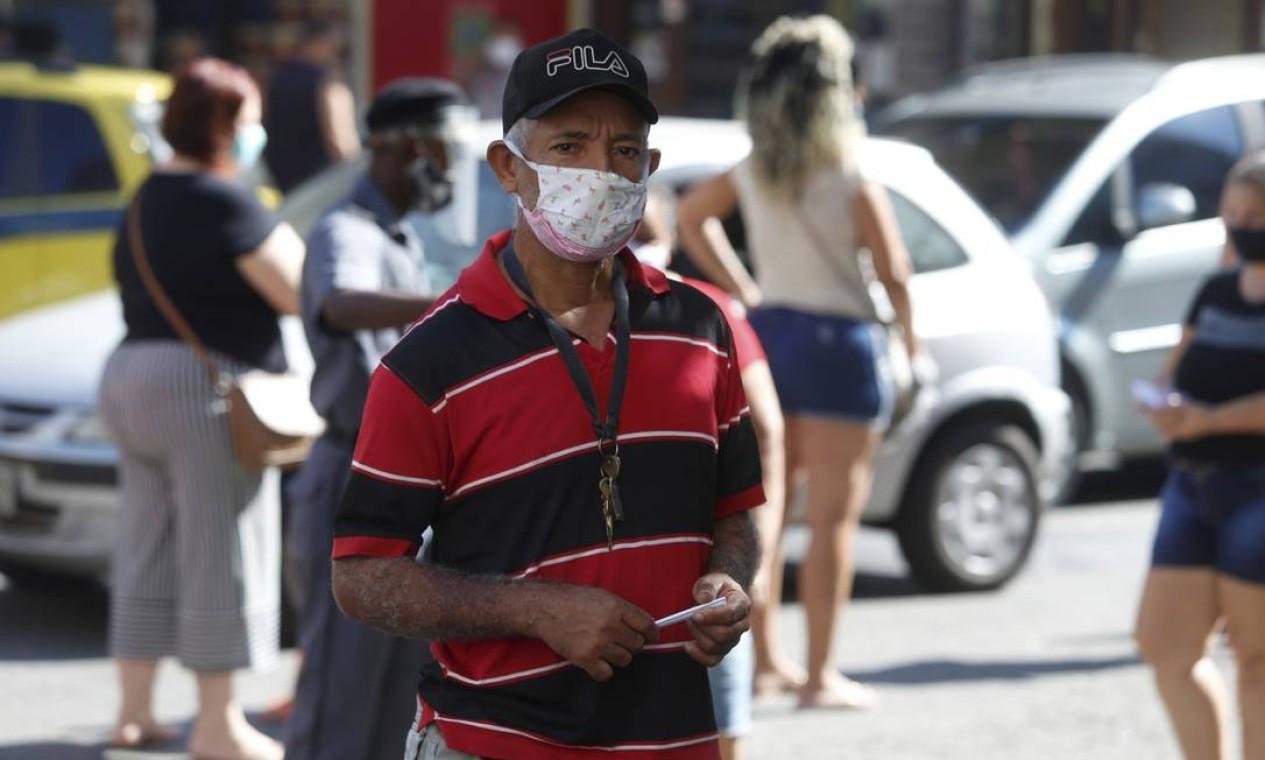 Roberto Ferreira, 49 anos, enfrenta dificuldade para sacar a terceira parcela do auxílio, e já perdeu as contas de quantas vezes precisou ir a uma agência da Caixa Foto: FABIANO ROCHA / Agência O Globo