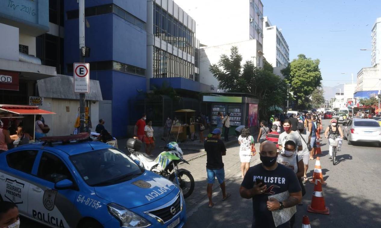 Polícia Militar faz guarda nas proximidades da agência da Caixa, em Bonsucesso Foto: Fabiano Rocha / Agência O Globo