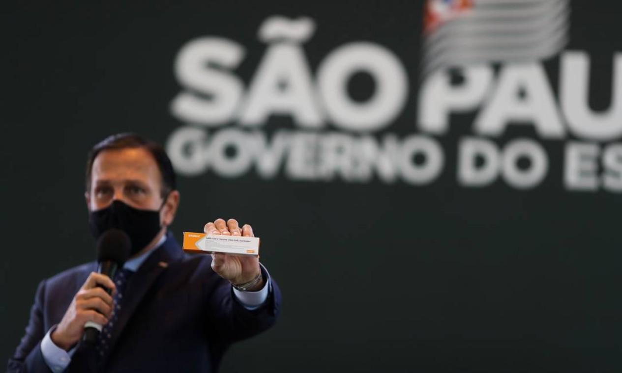O governador do estado de São Paulo, João Doria, segura uma caixa da potencial vacina contra o coronavírus, do laboratório Sinovac da China Foto: AMANDA PEROBELLI / REUTERS