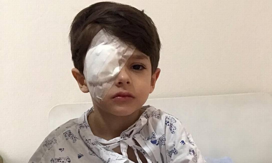 Bento Smirelli, de 5 anos, se recuperando da lesão no olho no hospital Foto: Arquivo pessoal