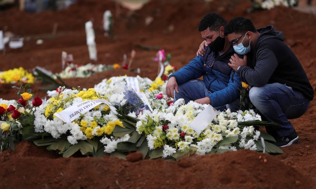 Parentes se despedem de familiar no cemitério de Vila Formosa, em São Paulo. Foto: AMANDA PEROBELLI / REUTERS