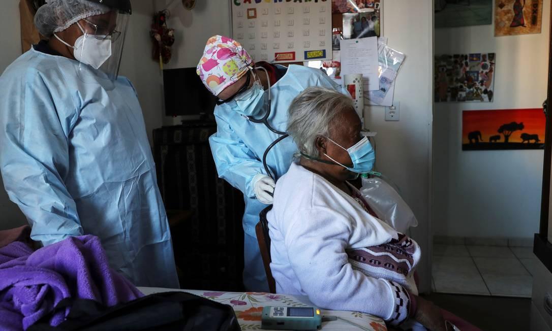 Idosa com sintomas de coronavírus é examinada por profissionais de saúde em São Paulo Foto: AMANDA PEROBELLI/REUTERS/2-7-2020