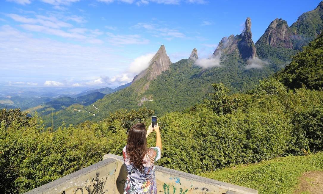 Turista fotografa o Dedo de Deus, em Teresópolis Foto: Marcelo de Jesus / Agência O Globo