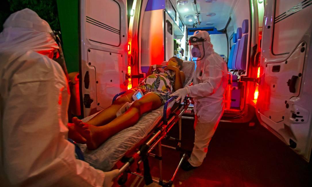 Paramédicos transferem indígena da tribo Tupinambá grávida de oito meses e diagnosticada com a Covid-19 em Santarém (PA) Foto: TARSO SARRAF / AFP
