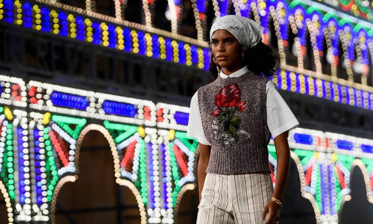 Flores aparecem aplicadas em muitas peças Dior Croisière 2021, em Lecce, sul da Itália Foto: FILIPPO MONTEFORTE / AFP