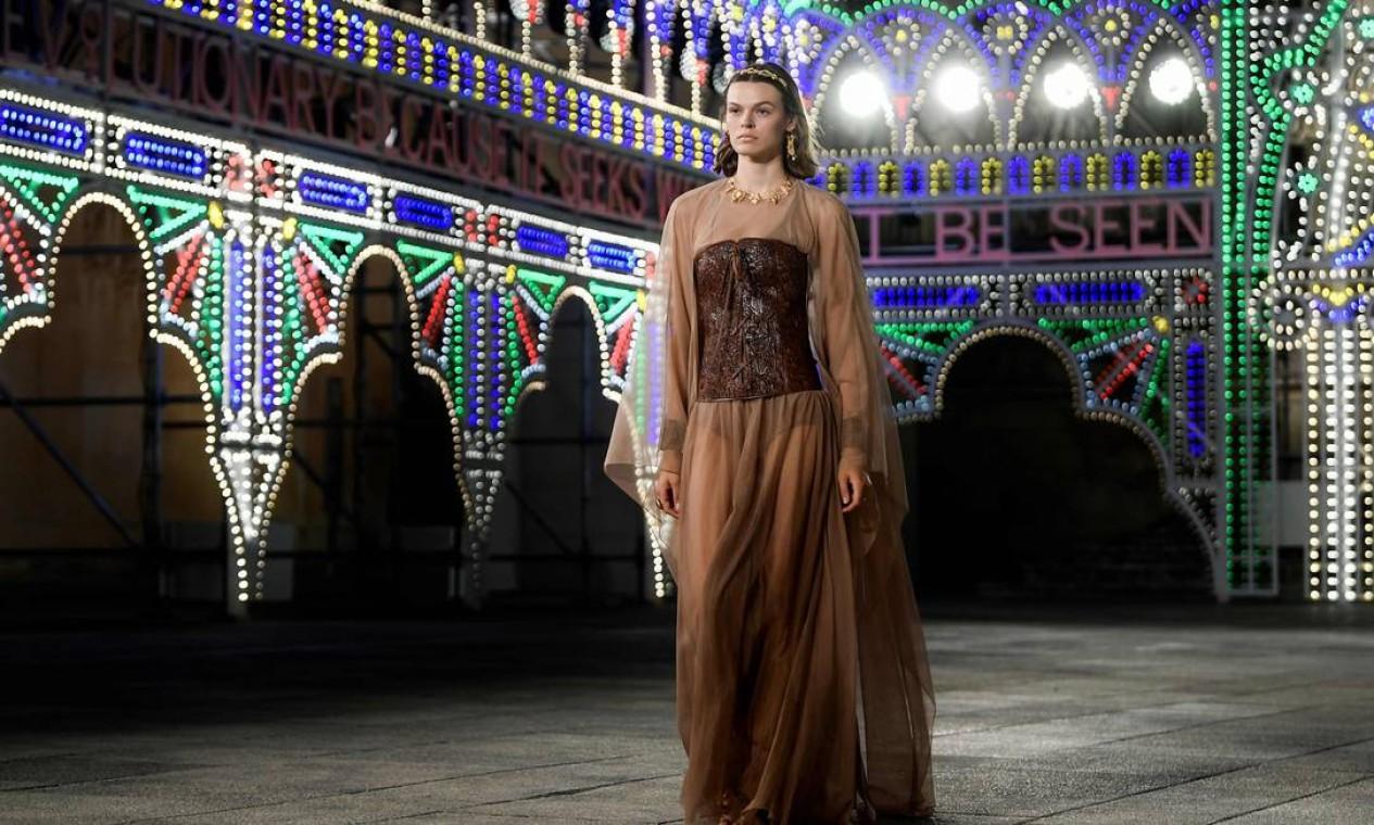 Modelo apresenta uma criação para a Dior Croisière 2021, em Lecce, sul da Itália Foto: FILIPPO MONTEFORTE / AFP