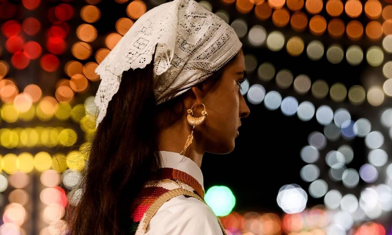 Bandanas rendadas aparecem combinados com diversas roupas da coleção Foto: FILIPPO MONTEFORTE / AFP