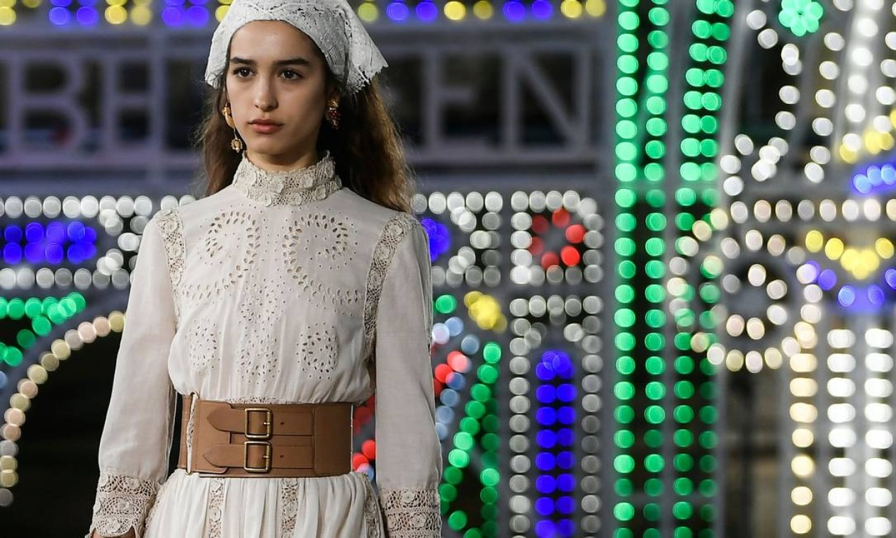 Cintos largos e corpetes marcam a cintura em coleção com peças predominantemente folgadas Foto: FILIPPO MONTEFORTE / AFP
