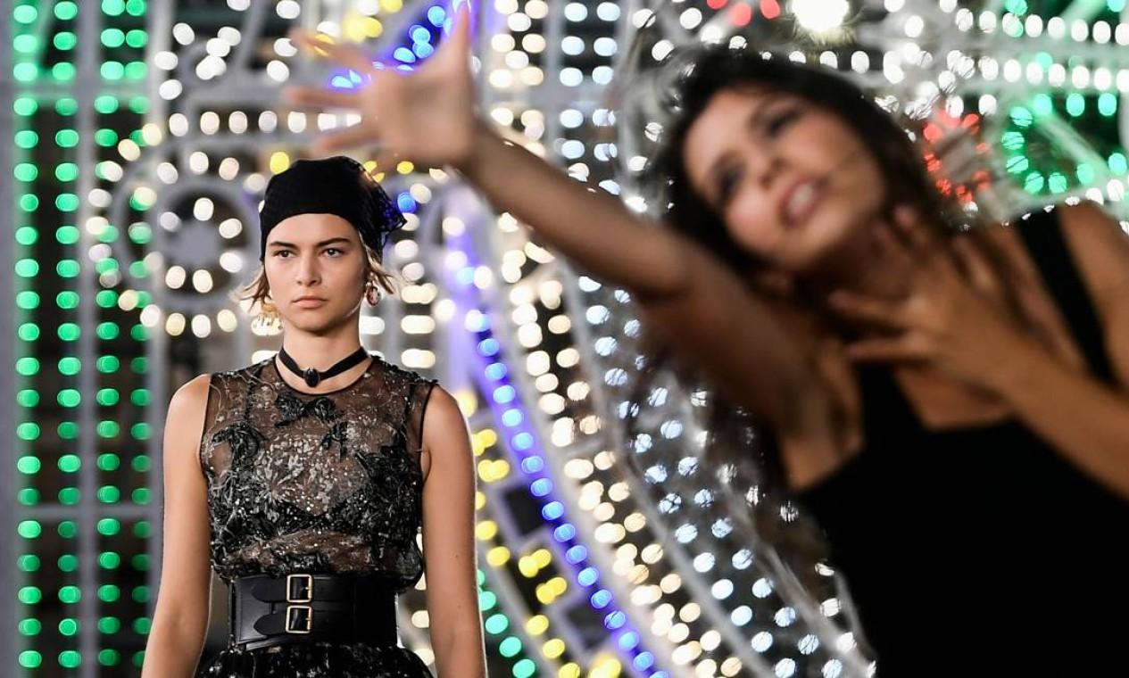 Modelos desfilaram entre performance de dançarinos ao som de música camponesa Foto: FILIPPO MONTEFORTE / AFP