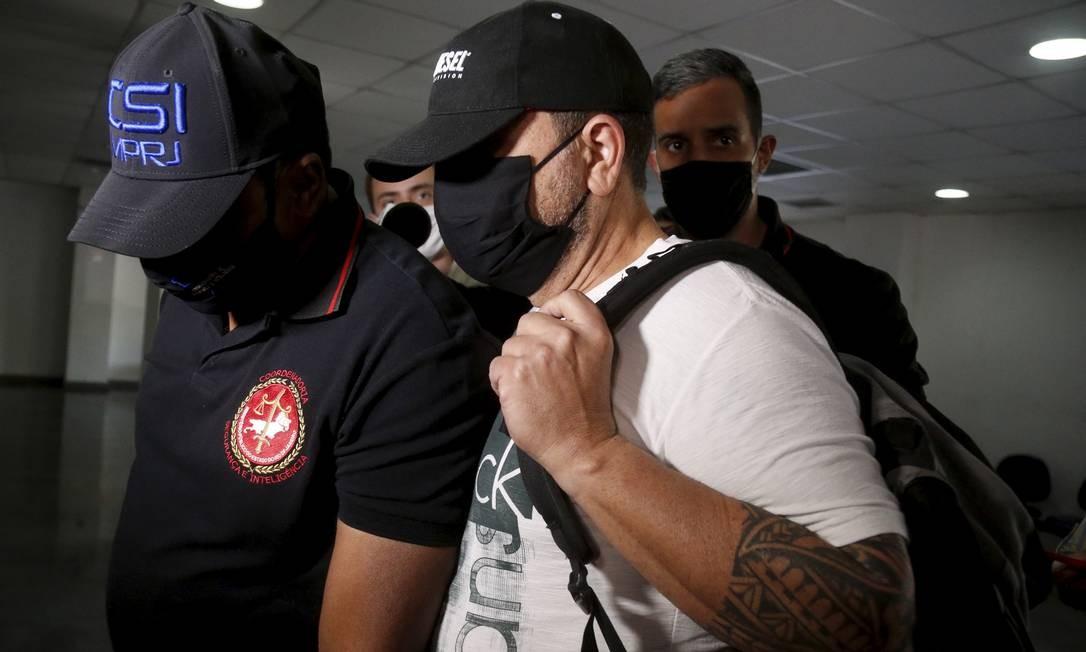 O empresário Francesco Favorito Sciammarella (de camiseta branca) chegando na Cidade da Polícia Foto: Fabiano Rocha / Agência O Globo