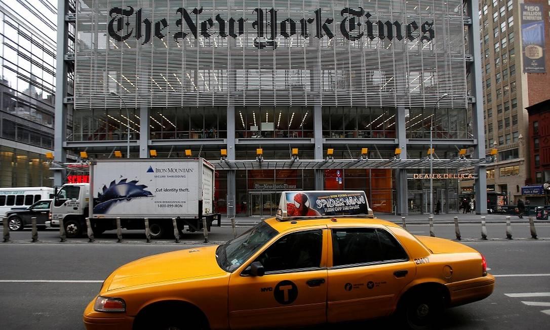 Um táxi passa em frente à sede do jornal americano, em Nova York. Foto: Carlo Allegri / REUTERS