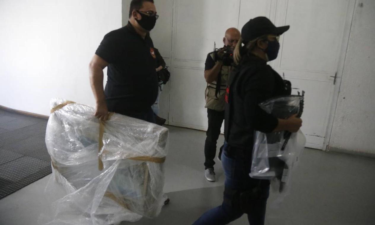 Material apreendido durante a operação que mira o Iabas chega à Cidade da Polícia Foto: Fabiano Rocha / Agência O Globo