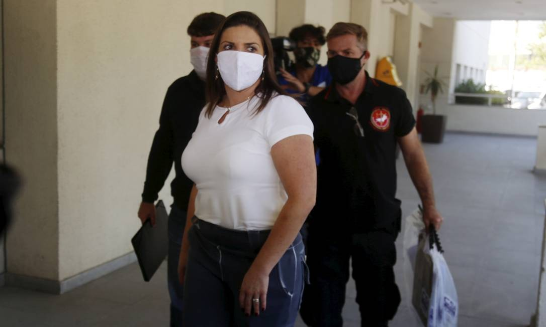 Ssuspeitos e malotes chegando levados à Cidade da Polícia, no Jacarezinho, Zona Norte do Rio Foto: Fabiano Rocha / Agência O Globo