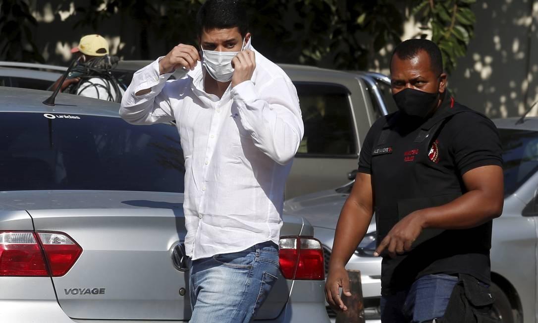 Marcos Duarte da Cruz chega detido à Cidade da Polícia Foto: Fabiano Rocha / Agência O Globo