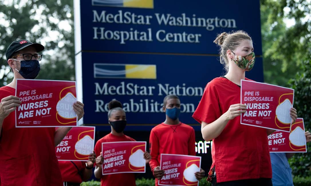 Enfermeiras fazem protesto pedindo melhores condições de trabalho do lado de fora do Hospital Center, em Washington Foto: BRENDAN SMIALOWSKI / AFP