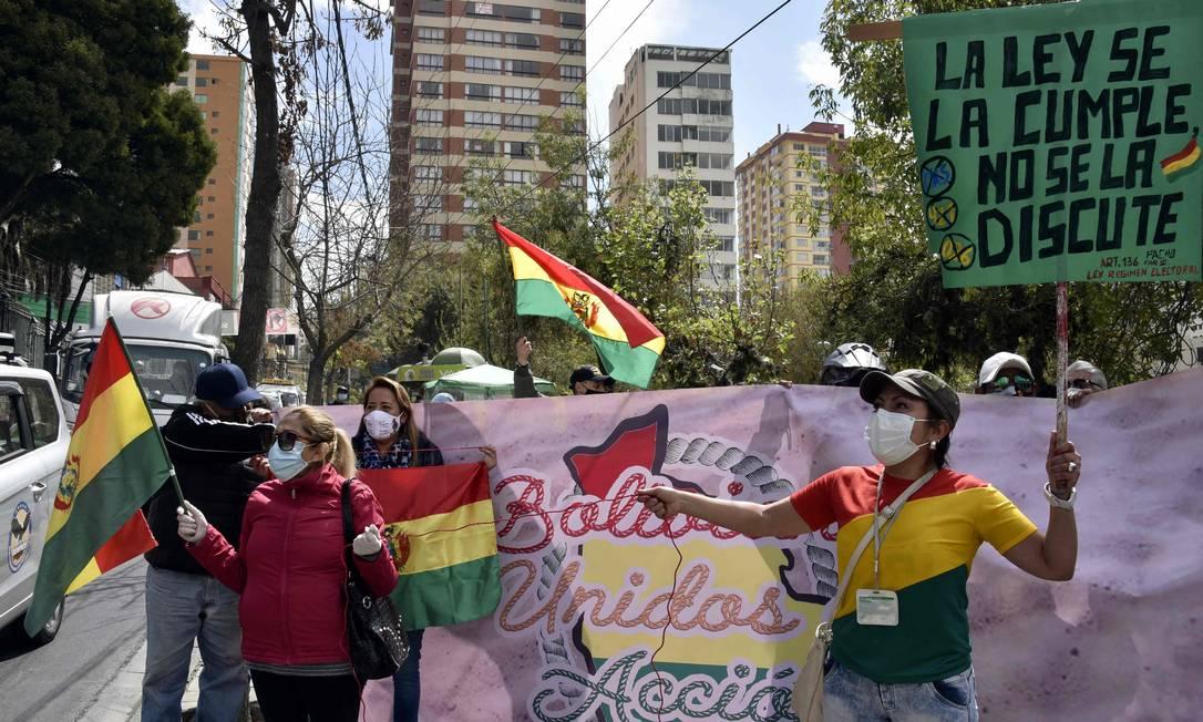 Manifestantes protestam em frente ao TSE, pedindo a anulação da candidatura de Luis Arce, do MAS Foto: AIZAR RALDES / AFP/23-07-2020