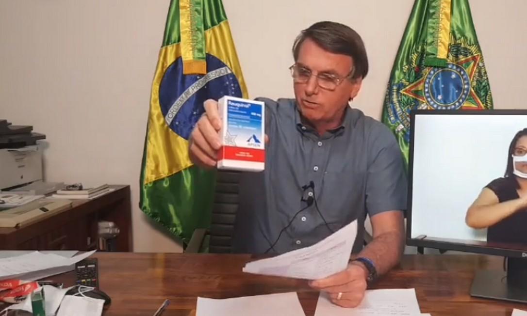 O presidente Jair Bolsonaro mostra uma caixa de cloroquina durante a live semanal Foto: Reprodução/ Facebook