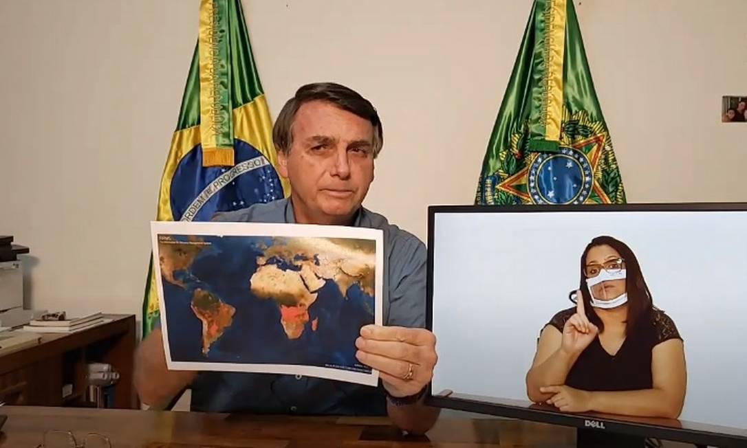 O presidente Jair Bolsonaro mostra mapa com focos de incêndio pelo mundo Foto: Reprodução/Facebook