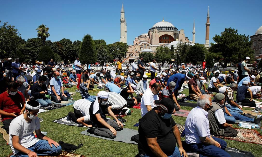 Muçulmanos se reúnem em frente à Grande Mesquita Hagia Sophia, pela primeira vez, em 86 anos, para celebrar as orações de sexta-feira, em Istambul, Turquia Foto: UMIT BEKTAS / REUTERS