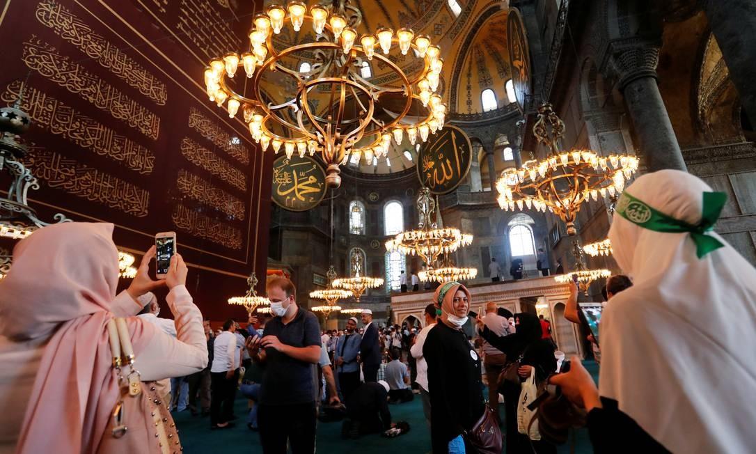Pessoas visitam a Grande Mesquita Hagia Sophia após as orações de sexta-feira, em Istambul Foto: MURAD SEZER / REUTERS
