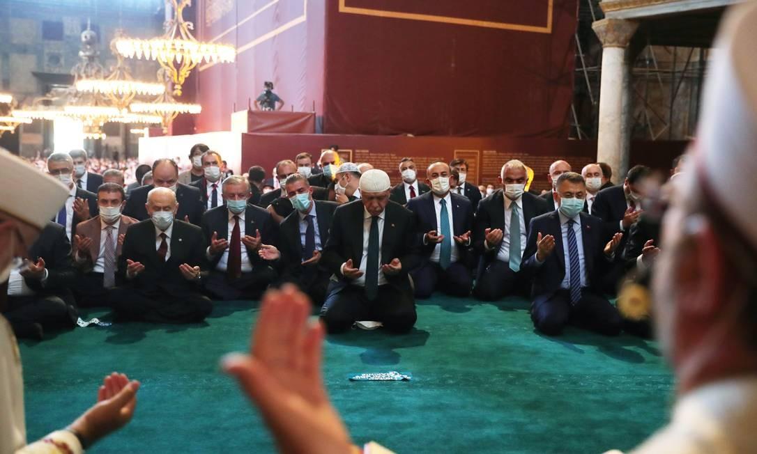 O Presidente turco Tayyip Erdogan participa das orações de sexta-feira, na Grande Mesquita Hagia Sophia, em Istambul Foto: PRESIDENTIAL PRESS OFFICE / via REUTERS