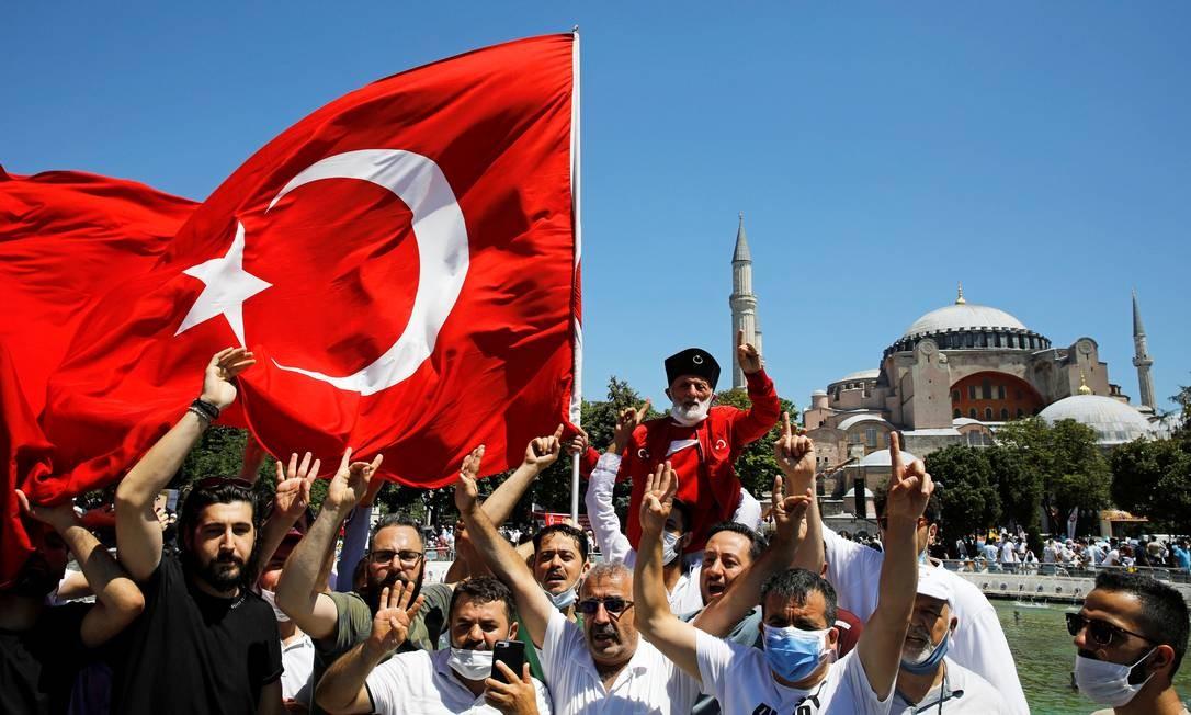 Muçulmanos comemoram a decisão de tornar o museu de Hagia Sophia novamente uma mesquita, antes das orações de sexta-feira, em Istambul, Turquia Foto: UMIT BEKTAS / REUTERS