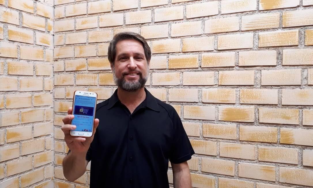 O empresário Marcelo Calvano mostra o site que criou para o shopping virtual de Jacarepaguá Foto: Divulgação
