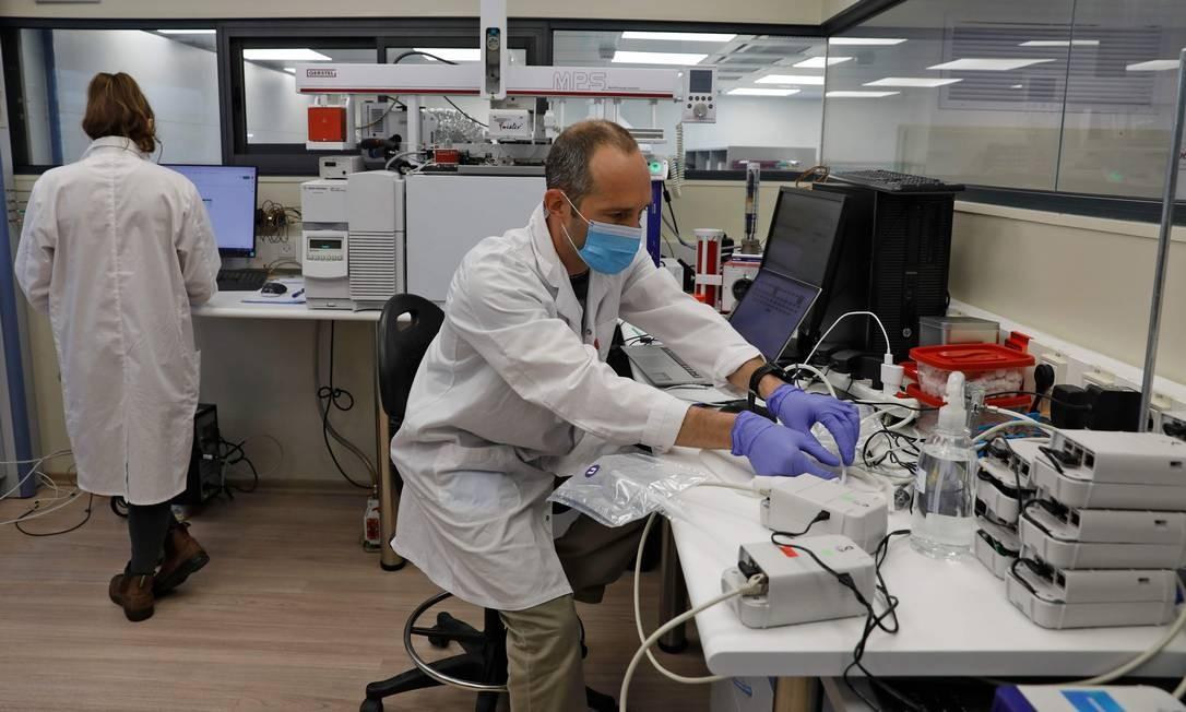 """A """"start-up"""" especializada na análise de odores desenvolveu, graças a algoritmos, um teste que lembra os testes de alcoolemia, com a diferença de que é preciso expirar pelo nariz, e não pela boca Foto: MENAHEM KAHANA / AFP"""