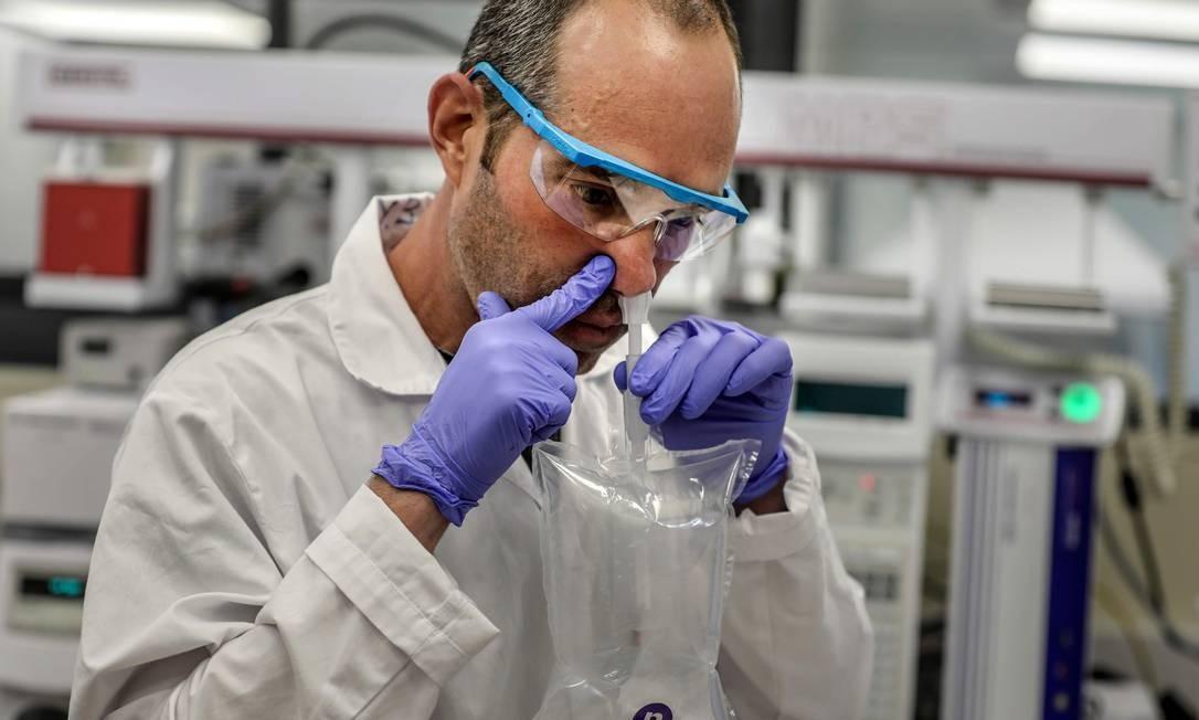 Pesquisador israelense demonstra um teste de bafômetro de coronavírus. Teste permite determinar a presença do novo coronavírus, e não a de anticorpos, em apenas 30 segundos Foto: MENAHEM KAHANA / AFP