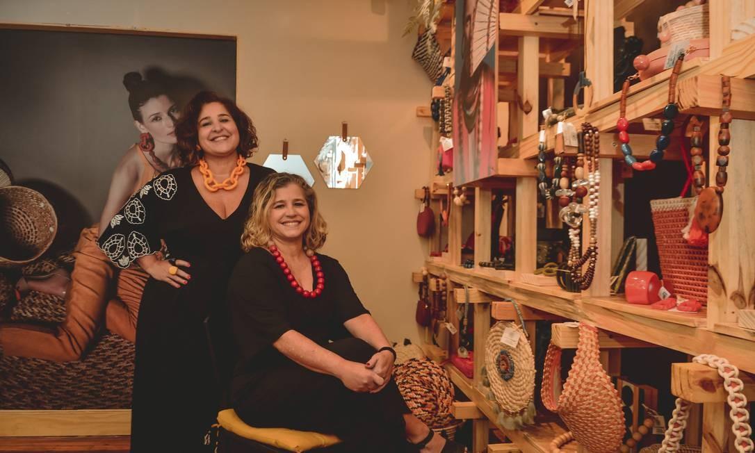 As irmas Claudia (em pé) e Sandra Chilaze, do Atelier Chilaze, loja de acessórios e de decoração que privilegia materiais naturais: portas abertas na semana passada Foto: Divulgação/Davis Oliveira