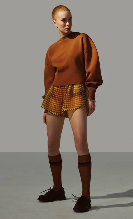 Tricô Haight, short e meias Fendi e sapatos Dior Foto: Fernando Tomaz