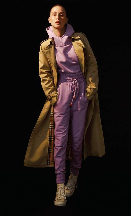 Blusa e calça, ambos Ginger, trench coat Burberry e tênis na Your Id Store Foto: Fernando Tomaz