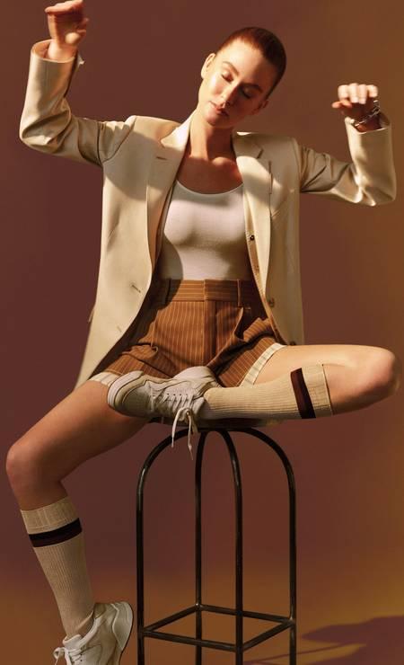 Blazer Burberry, bermuda Chloé, body Wolford, meias Fendi,pulseira Tiffany & Co. e tênis Lacoste Foto: Fernando Tomaz