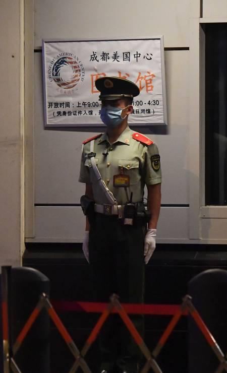 Um policial vigia a entrada da representação diplomática, que, aberta em 1985, tem 200 funcionários, dos quais 50 são americanos, e cobre uma vasta região no Sudoeste chinês e no Tibete Foto: NOEL CELIS / AFP