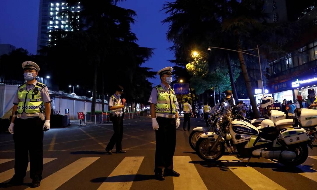 Policiais vigiam do lado de fora do Consulado Geral dos EUA em Chengdu Foto: THOMAS PETER / REUTERS