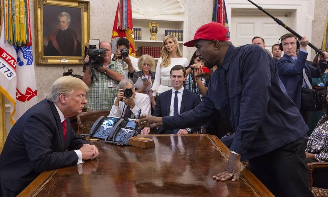 O rapper Kanye West mostrando uma foto ao presidente Donald Trump, na Casa Blanca Foto: The Washington Post / The Washington Post via Getty Im