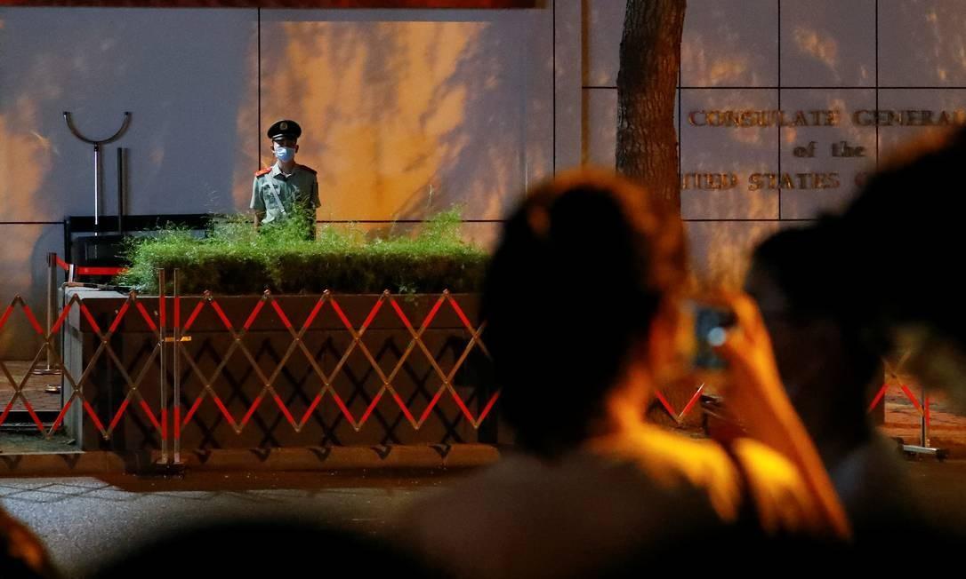 Fechamento do consulado atraiu dezenas de curiosos Foto: THOMAS PETER / REUTERS