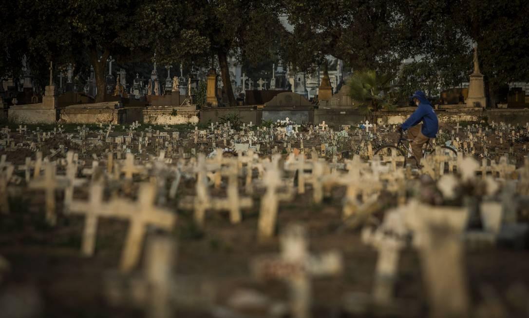 Covas rasas no Cemitério do Caju, no Rio de Janeiro. Foto: Guito Moreto / Agência O Globo