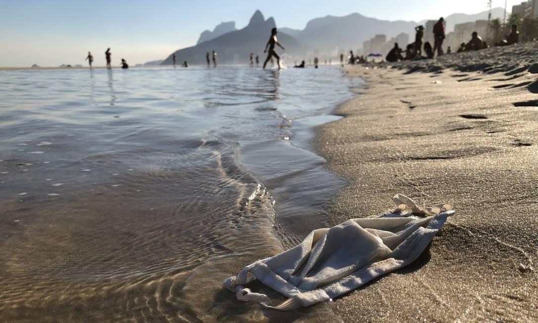 Novo lixo dos oceanos: máscaras descartáveis estão sendo descartadas de forma incorreta na orla carioca Foto: Ricardo Gomes / Agência O Globo