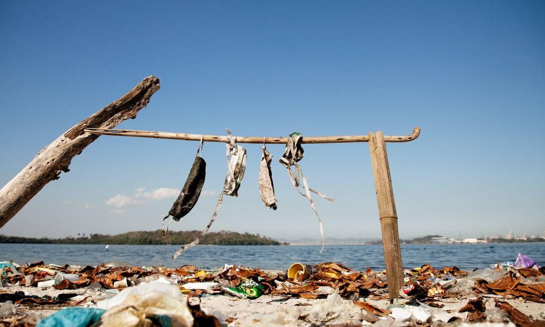 """Na chamada """"Praia do Plástico, no Fundão, máscaras também podem ser vistas na areia, junto a vários tipos de lixo Foto: Ricardo Gomes / Agência O Globo"""