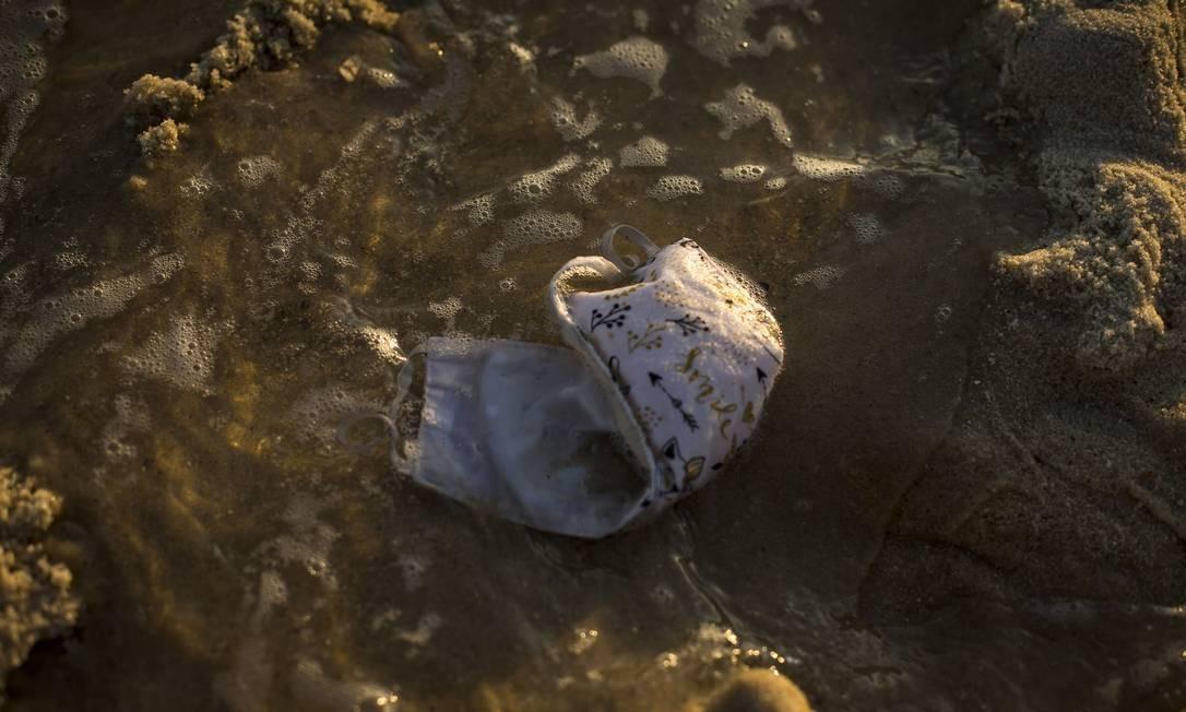 Componentes das máscaras facilitam a poluição marinha por microplástico, segundo oceanólogo Foto: Guito Moreto / Agência O Globo