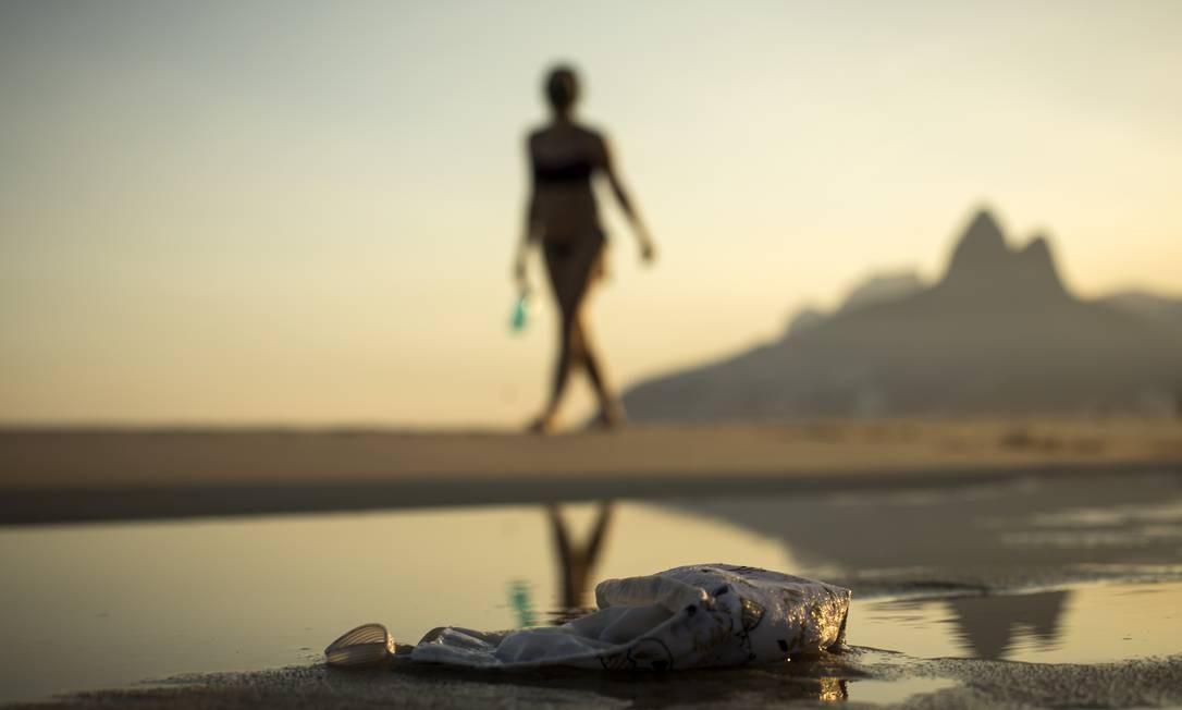 Máscara descartada na areia da Praia de Ipanema. Foto: Guito Moreto / Agência O Globo