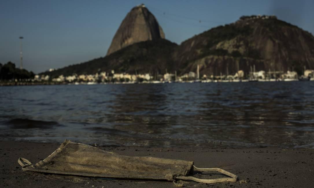 Enseada de Botafogo. Praias banhadas pela Baía de Guanabara também são atingidas pelo novo lixo Foto: Guito Moreto / Agência O Globo