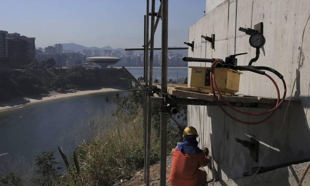 Homem trabalha tendo o MAC e parte da orla da Boa Viagem ao fundo. Foto: Divulgação / Douglas Macedo